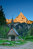 Geiselstein in the Alpenglow, wooden chapel in the foreground, Wankerfleck, Ammergau Alps, Swabia, Bavaria, Germany