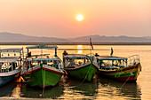 Boote am Ufer des Irrawaddy Fluss zum Sonnenuntergang, Bagan, Myanmar