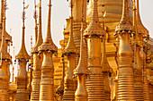 Shwe Inn Dein Pagode - Stupafeld mit goldenen Stupas im Abendlicht am Inle See, Nyaung Shwe, Myanmar
