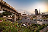 """Rush Hour Verkehr am """"Victory Monument"""" am Abend mit Sicht von BTS/Skytrain Plattform, Bangkok, Thailand"""