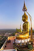 Buddha Statue im Abendlicht auf dem Tiger Cave Mountain, Tiger Cave Tempel, Krabi Stadt, Thailand