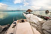Segelboot am Ufer der Lagune von Bacalar, Quintana Roo, Yucatan Halbinsel, Mexiko