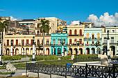 Kubanische Häuser hinter dem Kapitol mit bunten Häuserfassaden im Kolonialstil, Altstadt von Havanna, Kuba