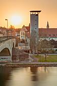 Sonnenuntergang hinter dem Feuerwehrturm in Kitzingen, Unterfranken, Franken, Bayern, Deutschland, Europa