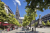 France, Puy de Dome, Clermont Ferrand, the old town, place of la Victoire with a view of the fountain, Notre Dame de l'Assomption and its arrows