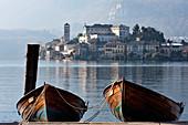 Orta, Ortasee, Provinz Novara, Piemont, Italien, Europa, zwei Holzboote am Ufer vor der Insel San Giulio
