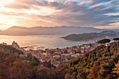 Die Stadt Lerici während eines wunderschönen Wintersonnenuntergangs, Gemeinde Lerici, Provinz La Spezia, Region Ligurien, Italien, Europa, Langzeitbelichtung