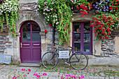 Bretagne, Frankreich, Rochefort-en-Terre, architektonische Details der Bretagne, typisches Geschäft Rochefort-en-Terre Dorf