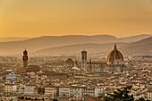 Italien, Toskana, Florenz, Historisches Zentrum, UNESCO-Weltkulturerbe, Blick auf die Kathedrale Santa Maria del Fiore und den Palazzo Vecchio von der Basilika San Miniato al Monte