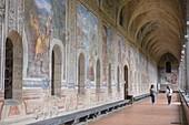 Italien, Region Kampanien, Neapel, Historisches Zentrum, UNESCO-Weltkulturerbe, Bezirk Spaccanapoli, Basilika Santa Chiara aus dem 14. Jahrhundert, Kreuzgang (delle Clarisse), dessen Wände mit Gemälden aus dem 17. Jahrhundert bedeckt sind
