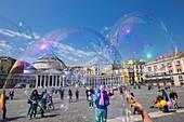 Italien, Region Kampanien, Neapel, Historisches Zentrum, UNESCO-Weltkulturerbe, Unterhaltung auf der Piazza Plebiscito, Basilika San Francesco di Paola im Hintergrund