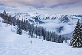 Zwei Männer auf Skitour am Schafreiter im Karwendel Gebirge, Tirol, Österreich