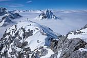 Skitour zum Gipfel am Tajakopf in Ehrwald im Winter, Tirol, Österreich