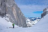 Mann auf Skitour am Ellmauer Tor im Wilden Kaiser, Gebirge, Tirol, Österreich