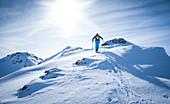 Skitourengeher auf dem Weg zum Gipfel in Hochfügen im Zillertal, Winter in Tirol, Österreich