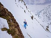 Skitourengeher im steilen Aufstieg in den Zillertaler Alpen, Hochfügen, Winter in Tirol, Österreich