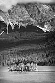 Blick auf die Ludwigsinsel im Eibsee, im Hintergrund das Zugspitzmassiv, Grainau, Oberbayern, Bayern, Deutschland, Europa