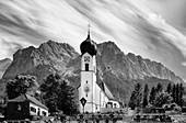 Blick auf die St. Johannes der Täufer Kirche in Grainau, im Hintergrund der Waxenstein, Grainau, Bayern, Deutschland, Europa
