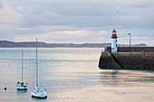 Morgenstimmung am Leuchtturm von Eruqy - Hafeneinfahrt mit Booten. Bretagne, Frankreich