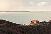 Morgenstimmung am Cap Erquy mit Blick zum Four a boulets (Kugelofen) in die Bucht von Saint Brieuc. Bretagne, Frankreich