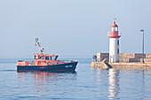 Schiff der Seenotrettung im Hafen von Erquy an einem nebligen Morgen. Cote d Armor, Bretagne, Frankreich