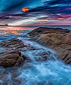 Sonnenuntergang an der verschlafenen Bucht im Freycinet-Nationalpark, Tasmanien