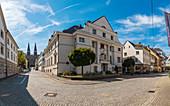 Österreichische Nationalbank Zweiganstalt Bregenz mit Sicht auf Pfarrkirche Herz Jesu in Bregenz, Vorarlberg, Österreich