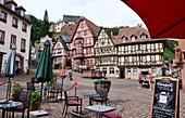 Am Marktplatz, Cafe, Fachwerkhäuser, Platz, Rathaus, Miltenberg am Main, Unter-Franken, Bayern, Deutschland