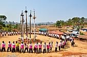 Die Kay Htein Bo oder Geisterpfähle sind in den meisten Kayan-Dörfern zu finden. Diese heiligen Pfähle werden einmal im Jahr, im April, angebetet. Nur Männer dürfen diesen heiligen Ort betreten, um Musik zu spielen und zu tanzen. Unter den Pfählen rufen sie den ewigen Gott und Schöpfer an, danken ihm für die Segnungen während des Jahres, bitten um Vergebung und beten um Regen, gute Ernte, Reichtum und Glück. Pan Pet Region, Staat Kayah, Myanmar