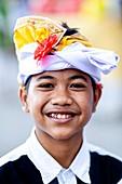 Ein lächelnder balinesischer Hindu-Junge bei der Batara Turun Kabeh-Zeremonie, Besakih-Tempel, Bali, Indonesien