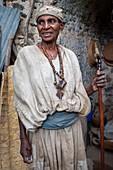 Debre-Sina-Beta-Maryam-Kirche, Tana-See, Bahir Dar, Äthiopien. Eine Nonne posiert majestätisch mit seinem Kreuz an der Tür des Birgida-Maryam-Klosters auf einer der Inseln des Tana-Sees. Der Tana-See, der größte See Äthiopiens, ist die Quelle des Blauen Nils, von wo aus er seine lange Reise nach Khartum und weiter ins Mittelmeer beginnt.