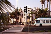 Fußgängerüberweg und Hotel im Abendlicht am East Cabrillo Boulevard in Santa Barbara, Kalifornien, USA.