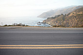 Strassenbelag mit Mittelstreifen des Highway 1 am Big Sur State Park, Kalifornien, USA.