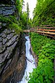 Blick auf die Steilwände und den Holzpfad in der Wimbachklamm, Berchtesgadener Land, Bayern, Deutschland
