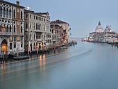 Mondaufgang, Blick von der Ponte dell'Accademia auf Santa Maria della Salute, Venedig, Italien.