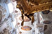 Blick auf die Decken Fresken im Dom St. Stephan, Im Vordergrund die goldene Kanzel, Passau, Niederbayern, Bayern, Deutschland, Europa