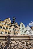 Merkurbrunnen und alte Fassaden an der Maximiliansstrasse, Augsburg, Schwaben, Bayern, Deutschland