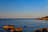 Felsen am Ufer der Ostsee im Abendlicht, Klampenborg, Västernorrland, Schweden