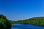 Blick auf einen blauen See mit Waldufer, bei Järvsö, Västernorrland, Schweden