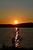 Sonnenuntergang an einem See, Orsjön, Tomterna, Västernorrland, Schweden