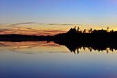 Dramatische Abendstimmung an einem See mit Spiegelung der Wolken, Bolmsjön, Halland, Schweden