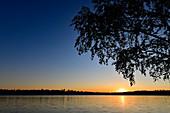 Ein traumhafter Sonnenuntergang am einsamen See bei Rannebo, Schweden