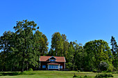 Ein typisches rotes Schwedenhaus mit großem Garten bei Tranhult, Schweden
