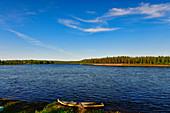 Ein Ruderboot liegt am Ufer des Torneälv, bei Lovikka, Norrbottens Län, Schweden