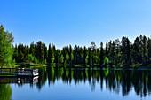 Ein Badesteg am See in Skaulo, Norrbottens Län, Schweden