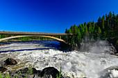 Tosender Jockfall am Fluss Kalixälv, Brücke und Wald, Norrbottens Län, Schweden