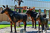 Skulptur aus Elchen vor dem Gemeindehaus in Arvidsjaur, Norrbottens Län, Schweden