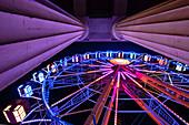Blick auf das Riesenrad und die Propyläen am Königsplatz bei Sonnenuntergang, München, Bayern, Deutschland, Europa