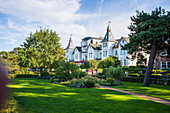 Park on the beach promenade in Zinnowitz with a view of old villas, Usedom, Mecklenburg-Western Pomerania, Germany