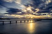 Steg bei Sonnenuntergang am Starnberger See, St. Heinrich, Bayern, Deutschland
